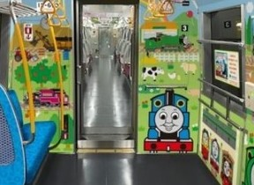 地下鉄車内に「きかんしゃトーマス」現る 都営大江戸線「子育て応援スペース」