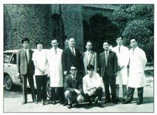 リンパ系フィラリア征圧を目的に作られた「日韓共同研究チーム」。1970年9月にソウルで撮影された貴重な写真。前列のサングラスの男性が、九州大学名誉教授の多田功氏(撮影者 不明)