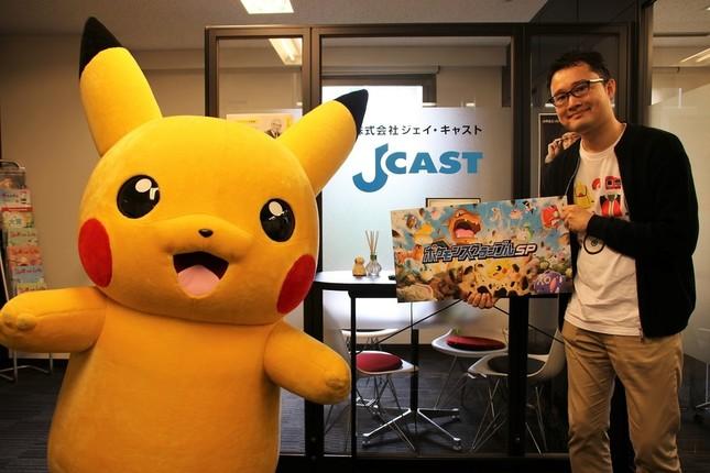 (左から)ピカチュウとポケモン・アプリ事業部の高木さん
