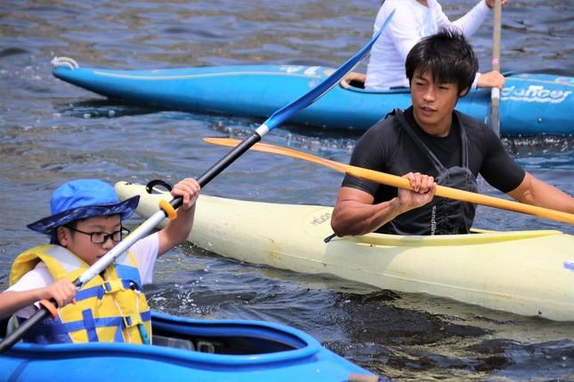 カヌー教室で子どもたちを指導する羽根田さん