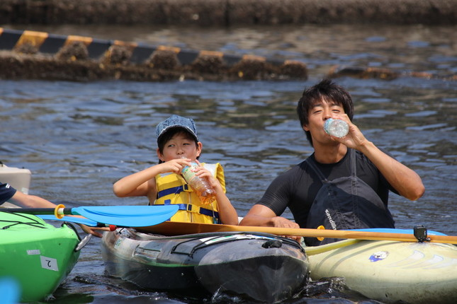 子どもたちと水分補給をする羽根田さん