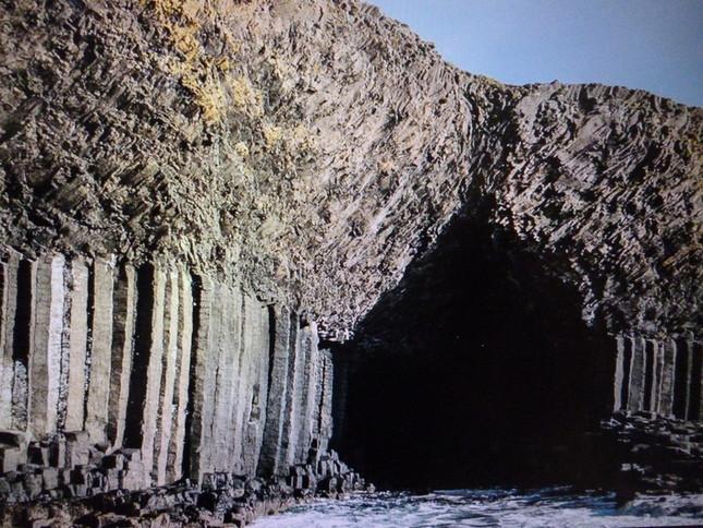 メンデルスゾーンが感動して印象的な旋律を生み出した、フィンガルの洞窟の風景