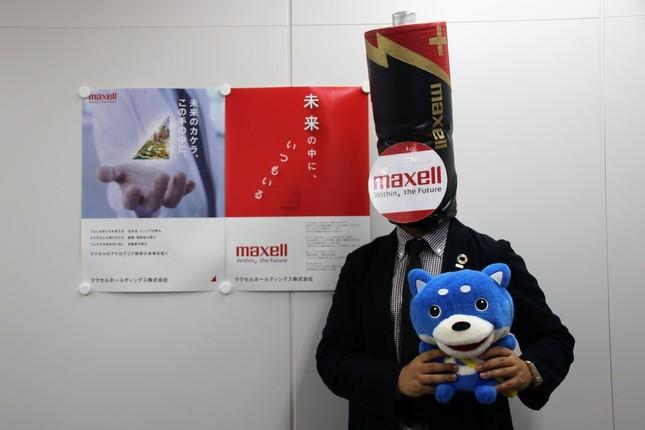J-CASTニュース編集部の公式キャラクター「カス丸」と2ショット