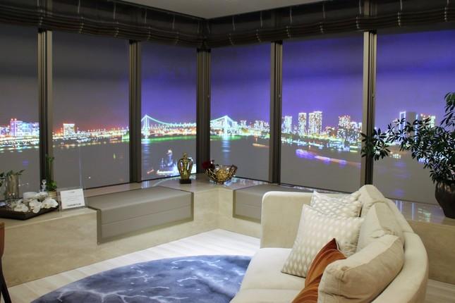 時間経過で昼から夜に変わり、ライトアップした景色も見られるレファレンスルーム106平米の部屋