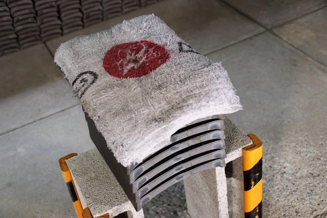 瓦の上に置かれたタオルの赤丸を狙う