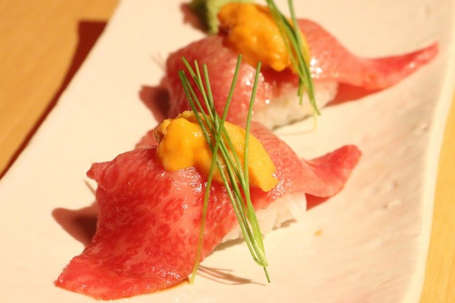 近江牛サーロインの寿司にウニを載せた一品