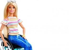 多様性を表現した「バービー」 車いすに乗った限定商品