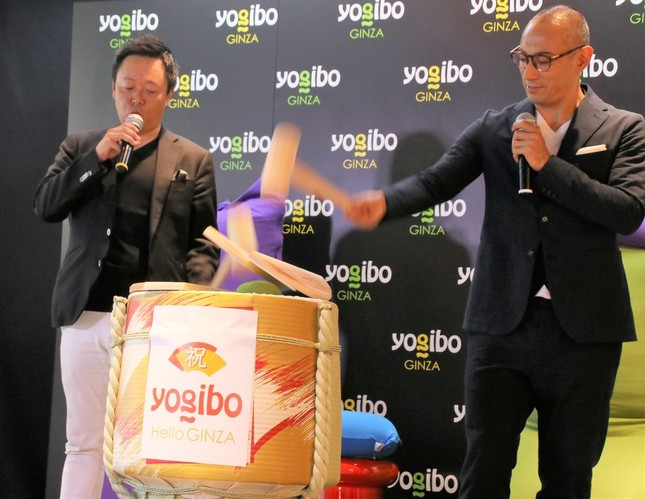 Yogibo ball miniが入った樽で「鏡開き」する海老蔵さんと木村氏