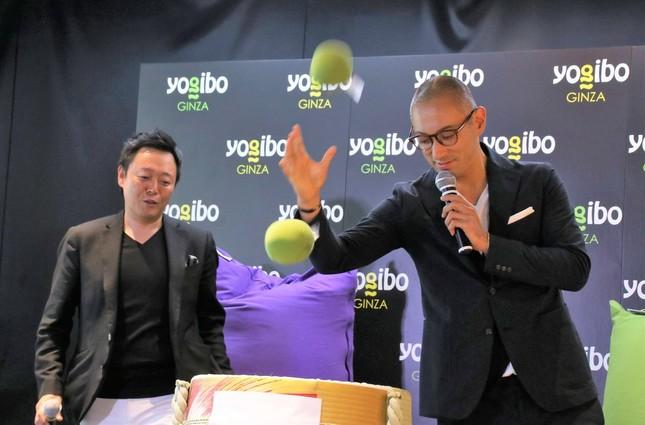 Yogibo ball miniを投げる海老蔵さん