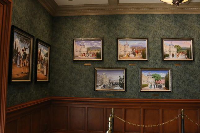 ロビーには博物館の起工式やオープニングセレモニーの様子が描かれた絵画などが展示されている