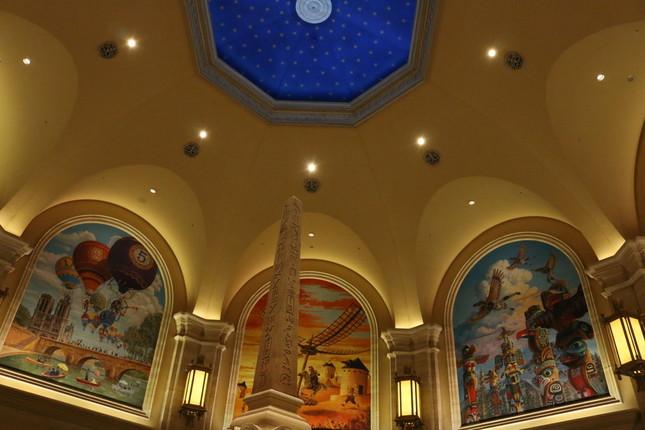 常設コレクションや大きな壁画が飾られた常設展の展示会場