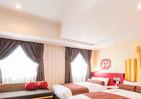 ハンバーガーやポテトに囲まれて 「ドムドムハンバーガー仕様」のホテル客室