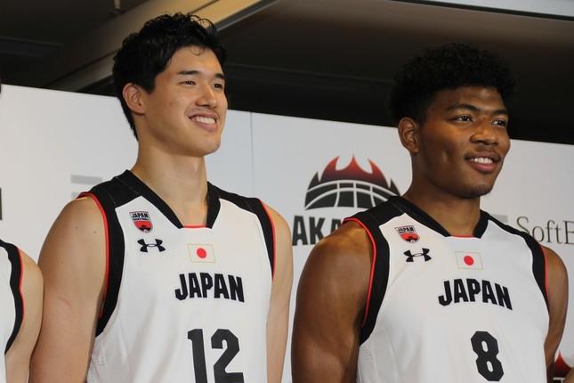 八村塁選手(右)と渡邊雄太選手がW杯へ決意語る