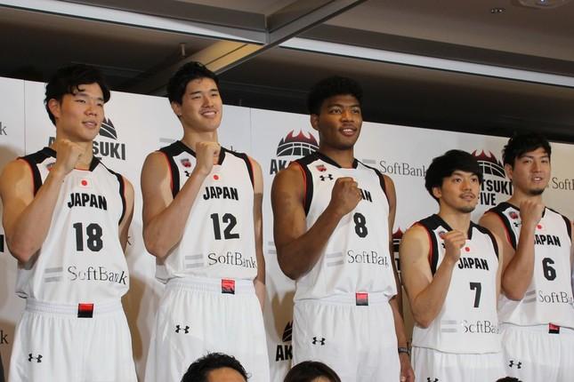 激励会に出席した馬場雄大、渡邊、八村、篠山竜青、比江島慎の各選手(左から)