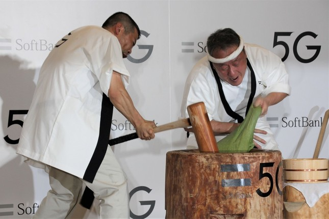 高速餅つきをする中谷堂の職人たち