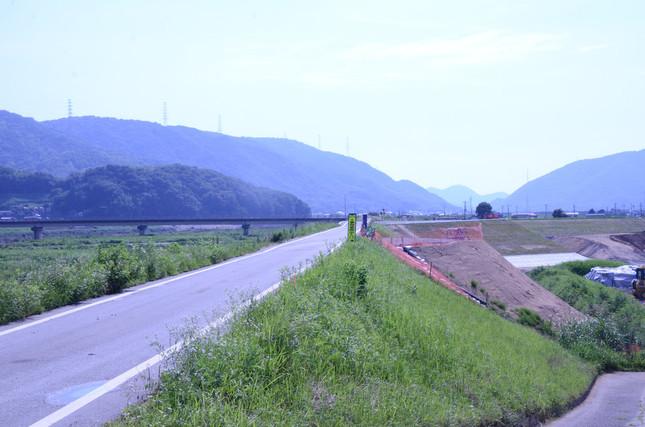 小田川の堤防が決壊したとみられる部分は、そこだけ明らかに違っていた