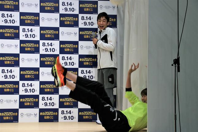 ステージ外のボールに身をのけぞらせて反応する木村さん(下)と驚く織田さん(上)