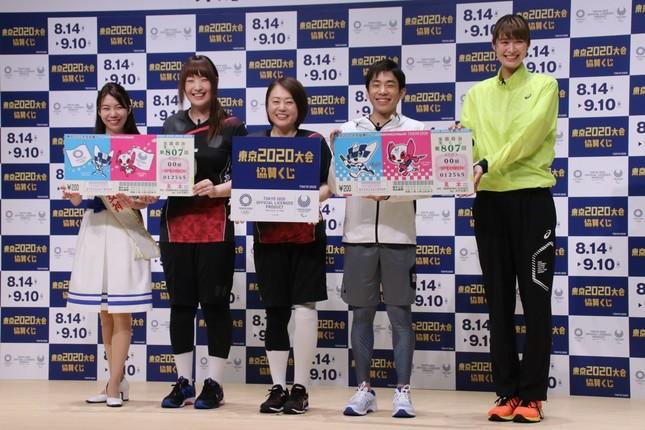 宝くじ「幸運の女神」の川原梨穂さん、小方選手、齊藤選手、織田さん、木村さん(左から)