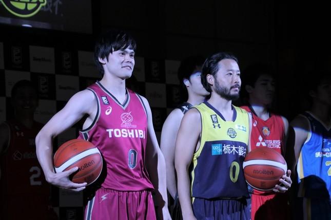 B1開幕カードを戦う川崎の藤井祐眞選手(左)と宇都宮の田臥選手