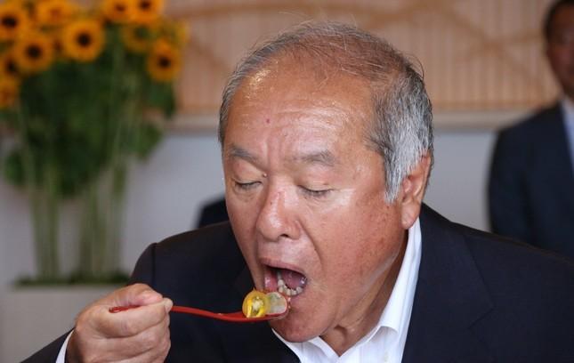 福島県の食材を使ったお弁当を食べる鈴木五輪担当相