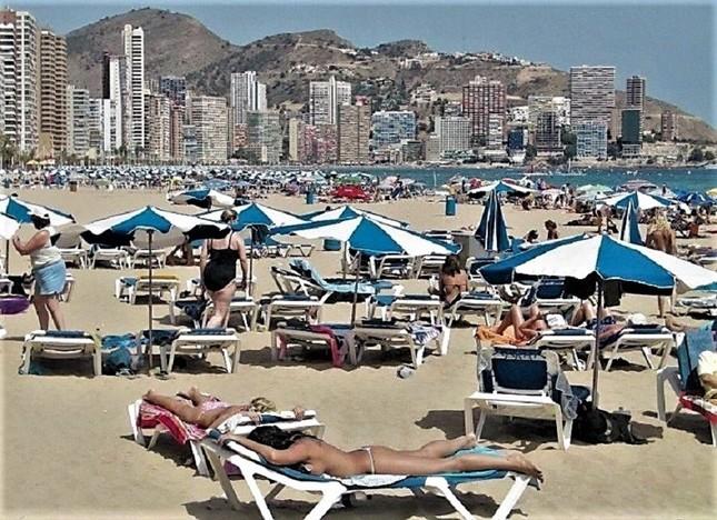 スペイン東南部の保養地、コスタブランカ(白い海岸)を代表するアリカンテの夏=冨永写す
