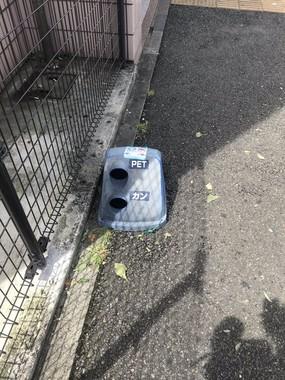 道路に落ちたゴミ箱の蓋(みぃー㌠   NMLE▶︎千葉さん提供)