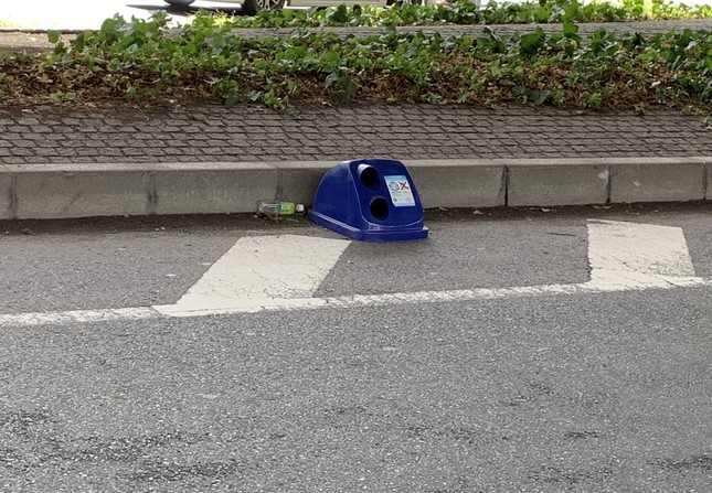 道路に落ちたゴミ箱の蓋(¥Cuスタ平さん提供)