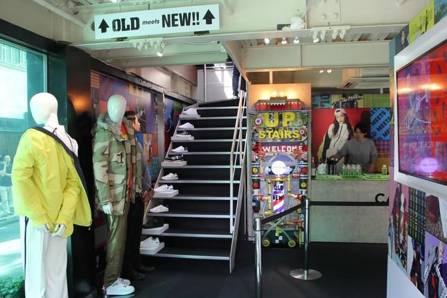 1階から2階への階段にはスニーカーが並べられている