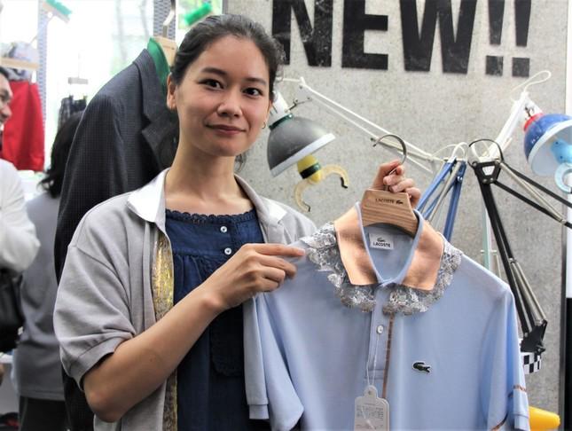 古着に箔の加工を施すデザイナーの藤澤ゆきさん