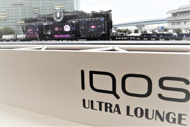 メインステージが一望できるIQOS ULTRA LOUNGE(IQOS TOWER2階)
