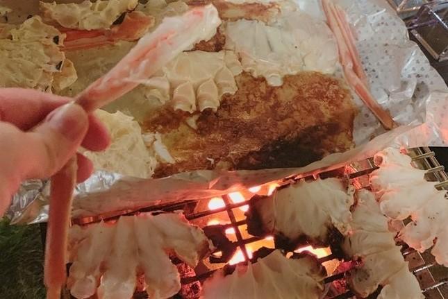 「越前かに職人 甲羅組(公式)」担当者が用意した、ずわい蟹を焼いていただく