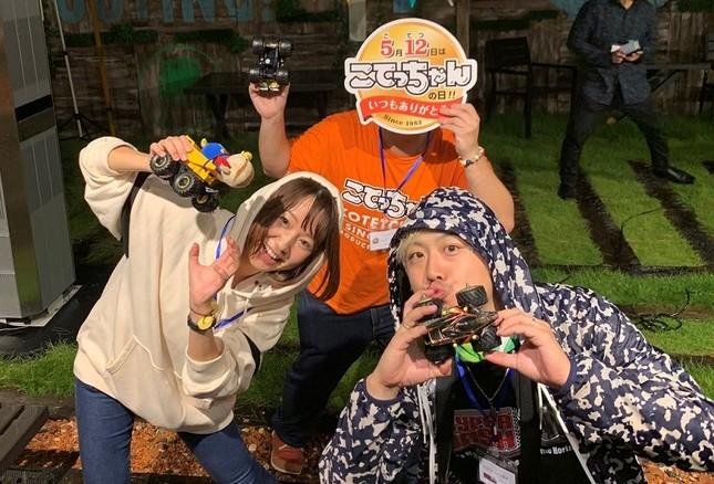 ミニ四駆レースでマシンを走らせる役を務めた、フリーランスモデルの黒沢綾佳さん(左)、「こてっちゃん」担当者(中央)、「HYPER DASH基地」担当者(右)
