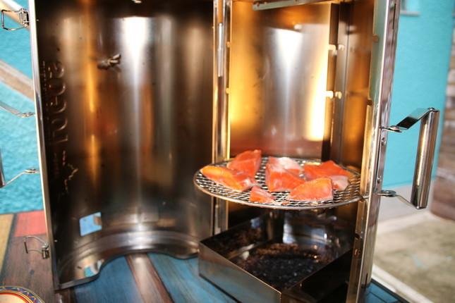 燻製器「LOGOSの森林 スモークタワー」でサーモンを燻製に