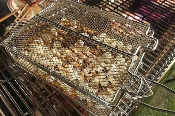 「炭火もも焼き器」で製作中のポップコーン