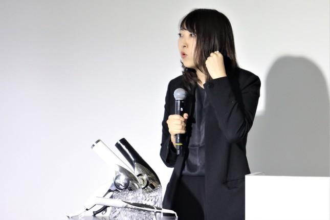 製品の説明をするMTGの加藤寿恵さん