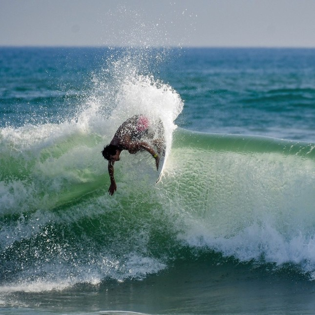 サーフィンをしている仲村選手