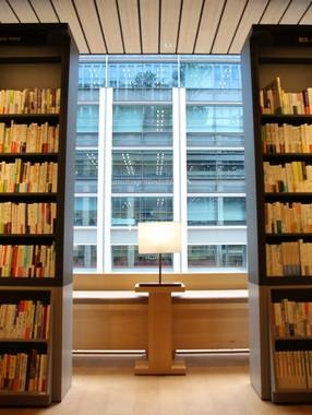 文学回廊の棚の間にある座席