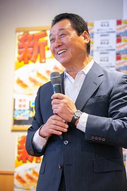 餃子リニューアルの趣旨を語るハイデイ日高の高橋均社長