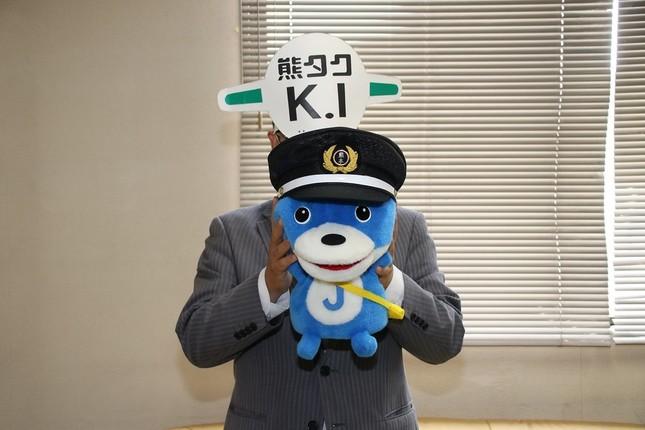 J-CASTニュース編集部マスコットキャラクターの「カス丸」と2ショット
