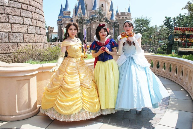 ゲストの仮装3 シンデレラと白雪姫、ベル