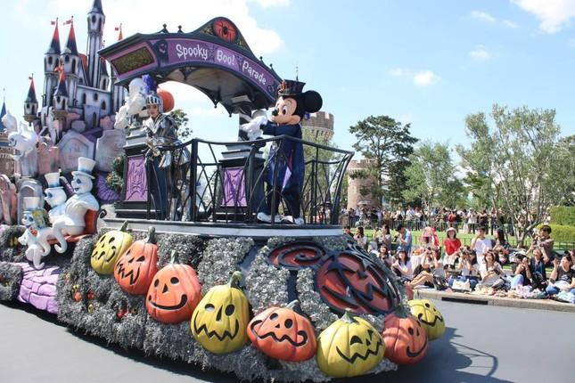 ミッキーが乗るシンデレラ城のフロート(スプーキーBoo!パレード)