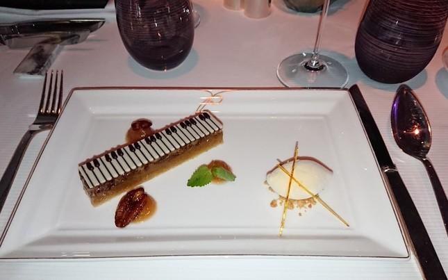 デザートはピアノの鍵盤を再現した繊細なケーキ
