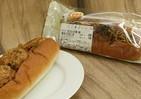 サンドした具は焼きそばとタコ焼き ローソンストア100「たこ焼ロール」