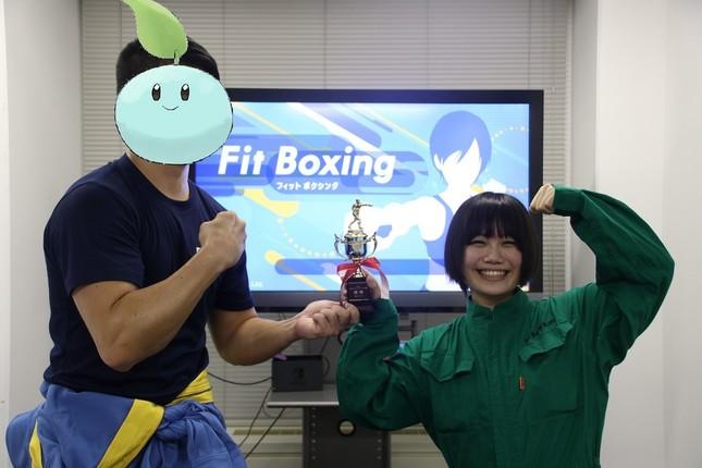 (左から)優勝した「サリールちゃん」と、同社職人見習いの「よむ」さん