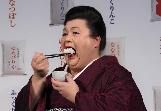 北海道米を食べるマツコさん