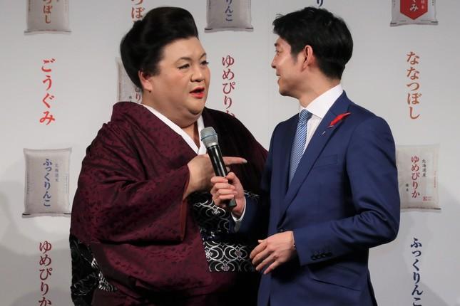北海道の鈴木直道知事(右)に近寄るマツコさん