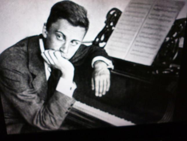 若いプロコフィエフとピアノ