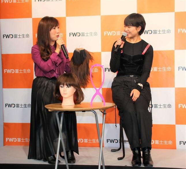 岩岡さん(写真左)と矢方さん。矢方さんが実際に使っていた2つのウィッグも