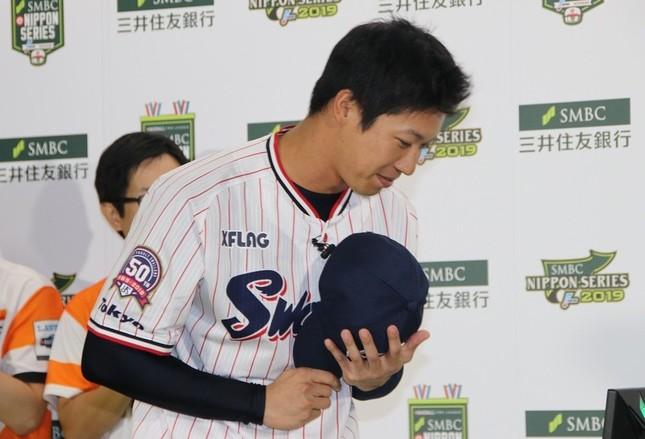 始球式でホームランを打ち、上島さんに頭を下げる山田選手