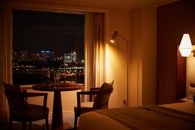 ロマンティックな夜景と特別なプレート